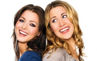 Zwei Frauen Rcken an Rcken